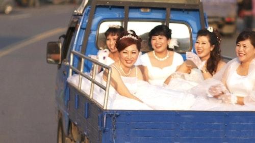 紀錄片《拔一條河》劇照,拍下這些南洋媽媽們生命中第一次的婚紗照/Photo Credit: 後場音像紀錄工作室