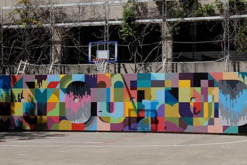 戶外是一個半場的籃球場。