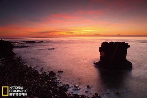 東吉海岸有著壯闊的玄武岩景觀,是南方四島中面積最大,也是距離台灣最近的小島,直航船程約2小時。在和煦晨光中,遠方台灣山脈依稀可見。攝影:陳郁文