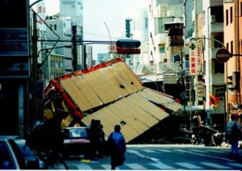 Photo Credit: 松岡明芳 CC BY SA 3.0  阪神大地震時的神戶市內