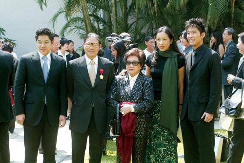 霍震霆2004年獲頒金紫荊星章,全家出席合影。霍震霆之長子霍啟剛(左起)、霍震霆、母親呂燕妮、前妻朱玲玲與次子霍啟山。