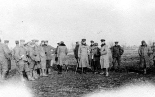 在非正式休戰期間,德英兩方軍隊於無人地帶會面。Photo Credit: Robson Harold B CC0