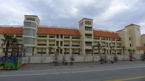 美麗灣開發案破壞美麗的「自然」海岸都市型之旅館建築形成海與路間之視覺障礙,應予拆除或重建恢復海岸通透性。郭瓊瑩攝