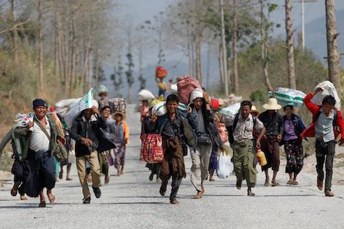 奔向救濟車隊的老街難民。老街是果敢地區的首府。Photo Credit: Reuters/達志影像