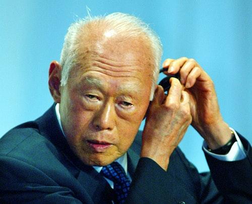 李光耀 SINGAPORE'S SENIOR MINISTER LEE USES EARPHONE BEFORE DISCUSSIONS ATINTERNATIONAL CONFERENCE IN TOKYO.
