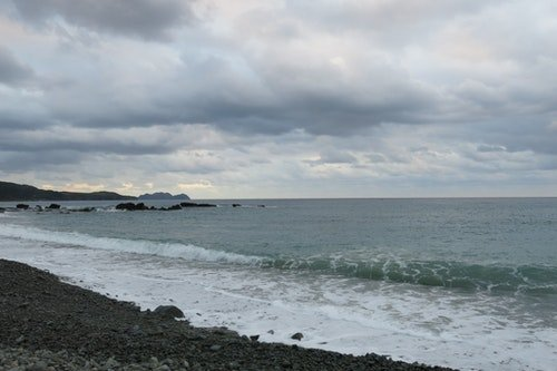 懷疑,不是達悟族人的天性,他們的胸懷原像大海般遼闊,沒有束縛與禁錮。然而,近幾十年來,蘭嶼這座美麗的人之島乘載著太多過去。