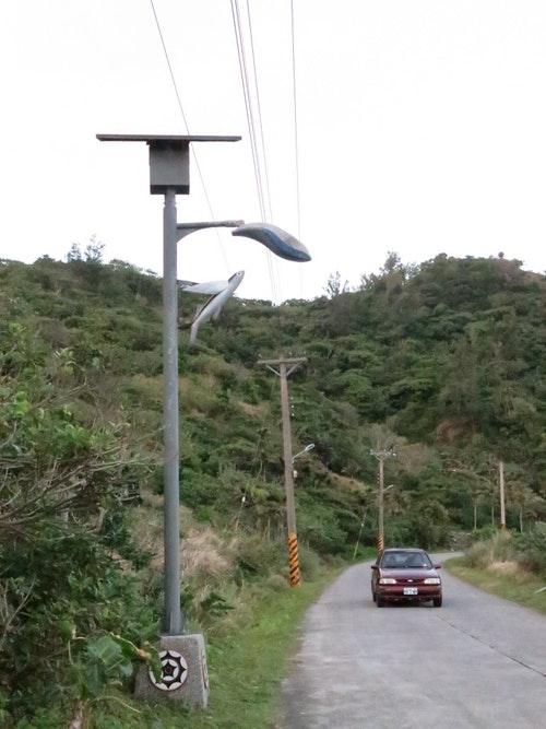 蘭嶼島上,人與人之間的關係緊密,狹窄的道路遇到會車,人們常會互相打聲招呼。攝影/陳品君