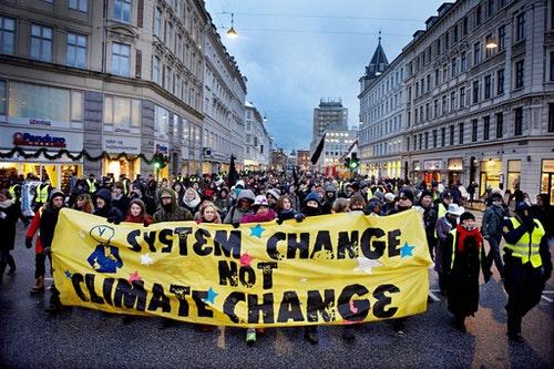 2009年環保團體於歌本哈根會議場外進行遊行抗議。Photo Credit: AP/達志影像