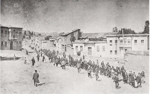 1915年,土耳其士兵押送亞美尼亞平民往監獄。Photo Credit:wikipedia