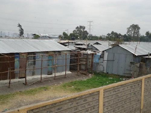 「COMIDO」校舍外的景象。2014年,校舍重整改建後,學校環境大幅改善,校舍內外彷彿兩個世界。