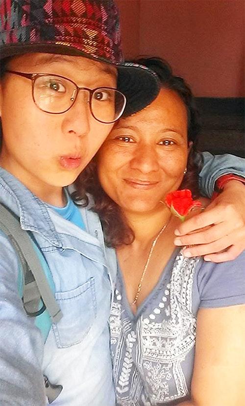 尼泊爾大地震前一週,還笑著與兜兜相約七月見的女主人,在地震中不幸喪生。當時,她送了兜兜一朵玫瑰花,祝她一路平安。