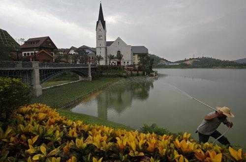 當然無論複制技術如何高超,在中國南方,環抱小鎮的不可能是歐洲雪山,而只是僅高幾百米的小山丘。  Photo Credit: AP / 達志影像