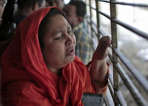 孟加拉部落客瓦什可•拉赫曼•巴布的表妹,在達卡醫學院的太平間外痛哭。警察說,26歲的巴布於週一被三名男子砍傷致死。攝於2015年3月30日。Photo Credit:美聯社
