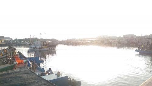 停滿漁船的蚵子寮漁港。Photo Credit:作者提供
