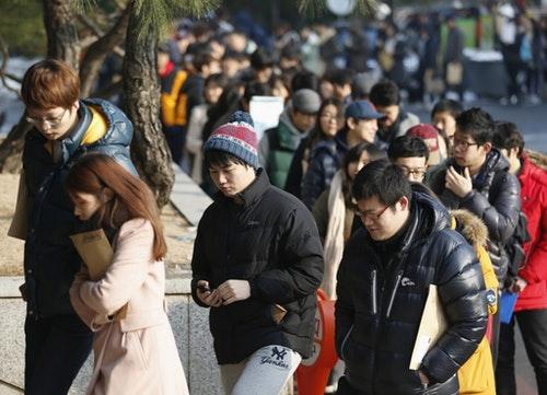 韓國年輕人排隊等待不在籍投票。由於考試村有眾多的年輕選民,選舉時不得不額外設立臨時投票站。攝於2012年12月13日。Photo Credit:Reuters/ 達志影像