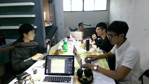 平日工作情景,團隊目前進駐在NTU Garage(臺大車庫)。