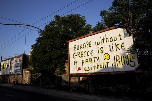 【關於成長】街頭藝術家Cacao Rocks在雅典街頭的廢棄看板上繪出了他醞釀三年的概念:「沒有希臘的歐盟就像一場沒有藥物的派對」。不過事後他補充到:「我已經改變了,現在我不再嗑藥或去參加派對。可是歐盟依然沒有長大。」Photo Credit: AP/達志影像
