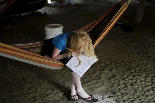 12歲的Jade Morales智力較低,視力比起同輩智力還差,只能透過加倍的努力來完成學業。在昏暗的屋子裡,經常花上比朋友們更多的時間寫作業。Photo Credit: Reuters / 達致影像