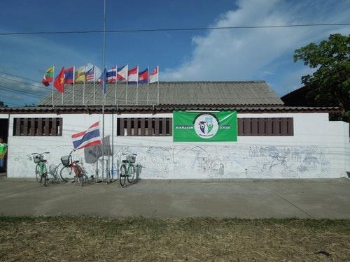 Minmahaw School的外牆,學校會掛起其他東南亞國家的國旗。Win攝