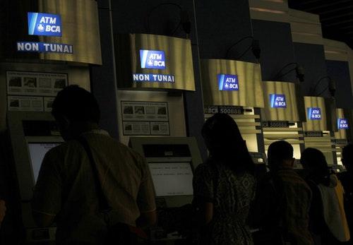 民眾使用中亞銀行的ATM提款機。攝於印尼雅加達。Photo Credit:Reuters/ 達志影像