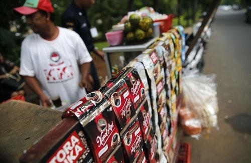 亞洲原本是飲茶的堡壘,不過現在對快速、便宜咖啡的需求持續增長。官員表示,相較於稍貴的阿拉比卡咖啡豆,這股即溶咖啡粉的需求,將會推升羅布斯塔咖啡豆市佔率。圖中,雅加達市中心的路邊攤販賣沖泡的即溶咖啡。攝於2014年11月27日。