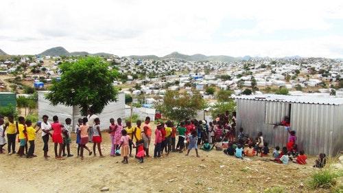 陳玉昆一家居住的「哈班納」貧民區,放眼望去,是一望無際的鐵皮屋。陳玉昆的教堂位於貧民窟中間,會定期煮飯給附近孩子享用,每次大約都有三百多位孩子前來。