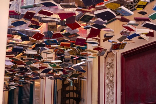哪裡可以找到吊滿書跟魔法一樣的市集阿?請到Leadenhall Market。Photo Credit:Delaina Haslam CC BY 2.0