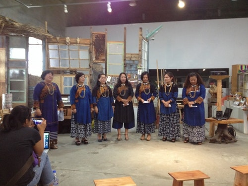 Idis老師與其他親族姊妹們,身穿傳統服,以吟唱來告知遠在屏東的祖先們她們已平安到達台東,且敬會過去曾生活於台東這塊土地上的先祖們她們的到來。(藝術平台提供)