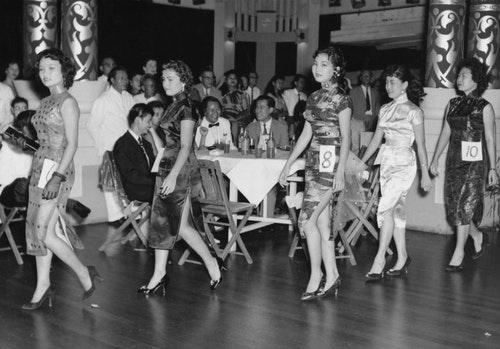 今日,有75%的新加坡人口是中國人。1995年得這場選美慶典,參賽者們穿著中國傳統服飾。
