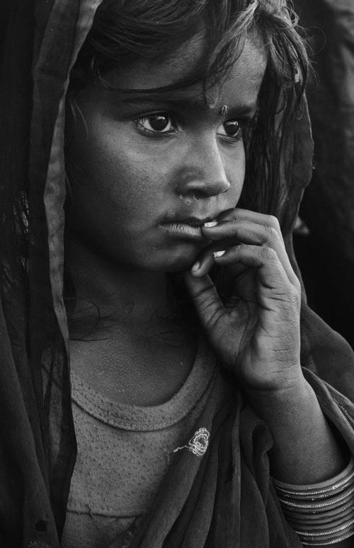 住在巴格瑪蒂河(Bagmati River)沿岸貧民窟的小女孩。