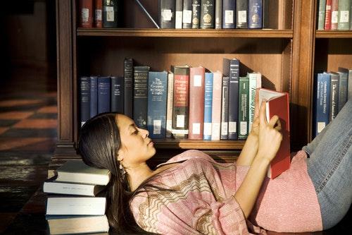 圖書館_看書_讀書_Young Woman Reading in Library