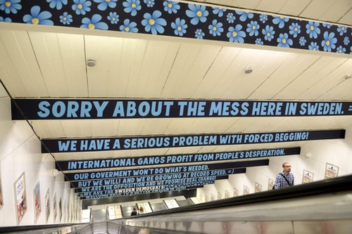 瑞典民主黨在捷運站做廣告為乞丐很多表示歉意|Photo Credit: Reuters/達志影像