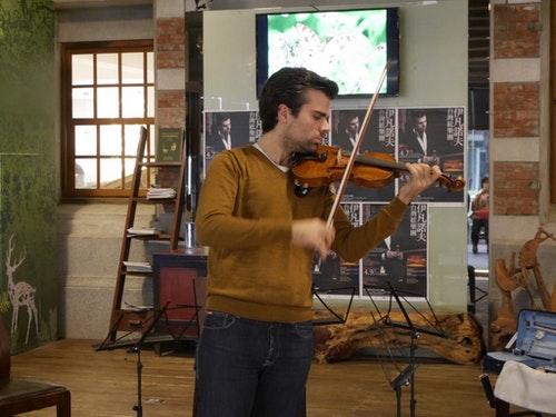 比利時小提琴家伊凡諾夫現場以史特拉底瓦里琴演奏。