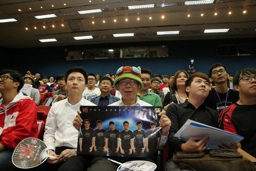 鍾培生(左)跟柯文哲一起觀看《英雄聯盟》世界賽八強|Photo Credit:信報財經月刊