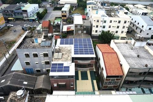 屋頂鐵皮改建綠能設施合法化。圖片來源:高雄市工務局