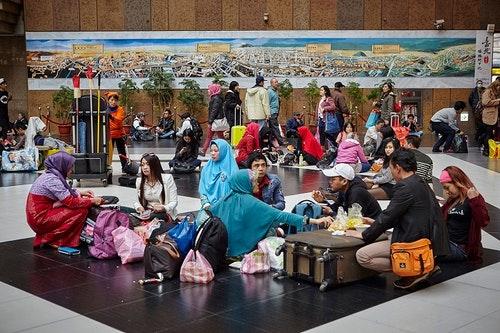 週日台北車站大廳出現一圈圈席地而坐的移工。