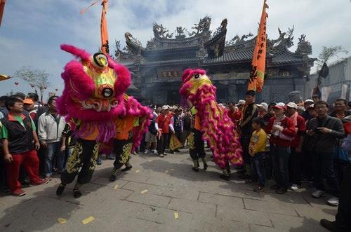 在進香期期間,受天宮廟埕宛如臺灣陣頭文化的特殊演藝廳,經常有各類陣頭表演,圖為醒獅團演出。(溫宗翰攝)