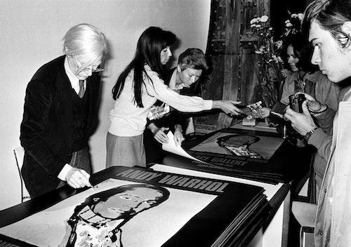 Andy Warhol 1976年巴黎的展覽中,現場販售簽名海報,一張售價6美元。Photo Credit:AP/達志影像