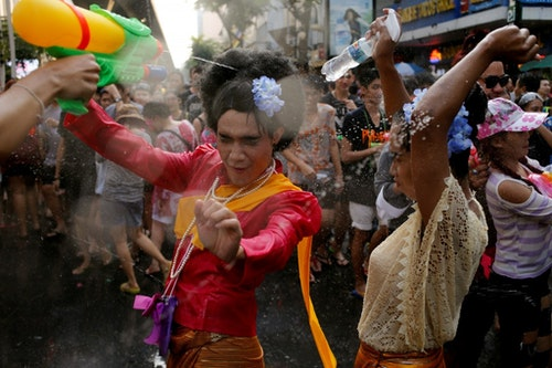 Revellers react during a water fight at Songkran Festival celebrations in Bangkok April 13, 2016. REUTERS/Jorge Silva - RTX29RQN