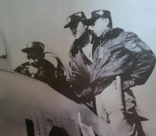 藍色、尼龍質料有毛領的B-15C飛行夾克,曾經大量軍援中華民國空軍,不但是許多眷村子弟對父執輩的印象,也成為空軍飛行員的形象符號之一,一直到民國70年代,聯勤產製的公發飛行夾克不但仍延續藍色用色,還沿用「B-15」的型號。一直到今天,坊間販售的飛行夾克都還不脫這基本樣式。(兵器戰術圖解)