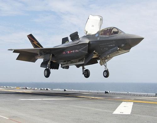 正在進行垂直降落的F-35B,由圖中可見降落時向量噴嘴朝下方轉向|圖片來源:維基百科 Photo credit: United States Navy Public Domain