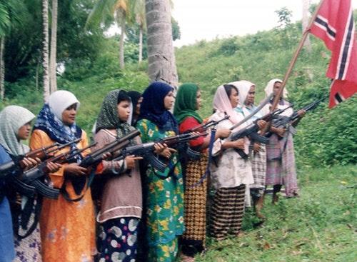 1999年11月,接受自動武器訓練的亞齊婦女。自由亞齊運動當時正積極招募平民入伍,以為獨立公投被中央拒絕後可能爆發的戰事作準備。