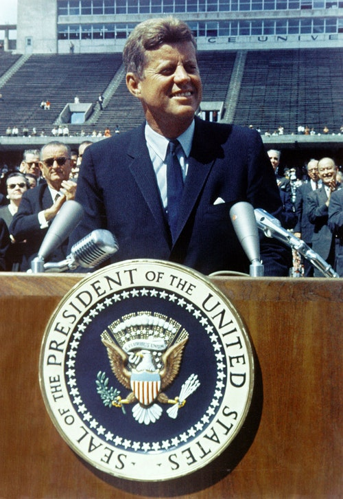 800px-John_F__Kennedy_speaks_at_Rice_Uni