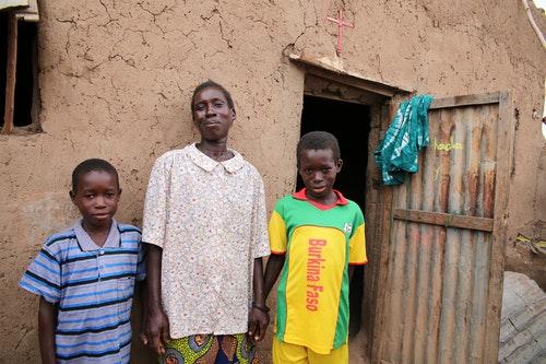 兩年前,艾伯特和哥哥牽著媽媽的手,站在門前笑著留下了合影。