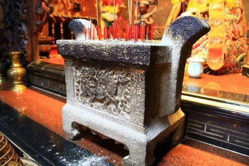 當年南鯤鯓所贈的石爐,現在存放於觀音殿,當地人仍稱九龍三公爐。