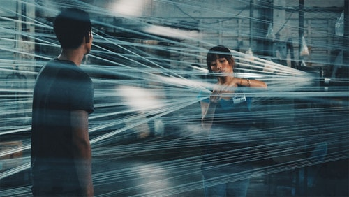 吳可熙和柯震東在《再見瓦城》自然融入當地生活與人群,細膩呈現了偷渡者對新生活的渴