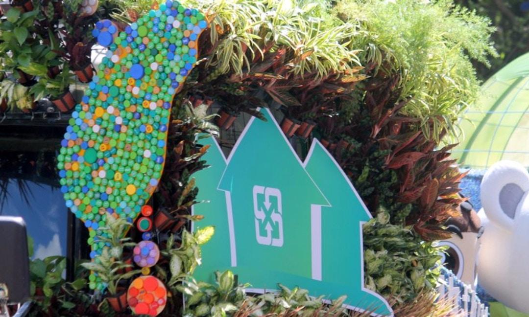 永續綠精靈,萬朵寶特瓶花打造全回收國慶花車
