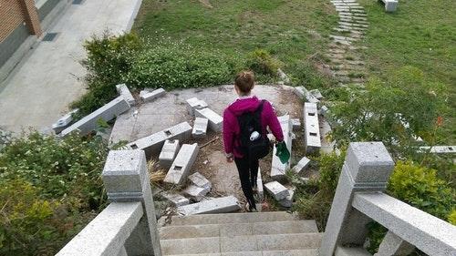 莫蘭蒂颱風摧毀的樓階等待修復