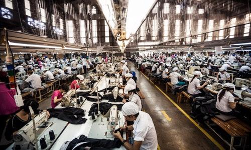 越南工廠裡的勞動者