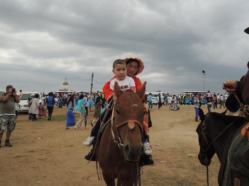 蒙古人素有馬背上民族之稱,孩子很小就在馬背上活動